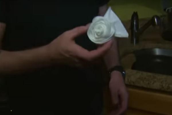 El hombre encontró sobre el rollo de papel higiénico del baño de su casa un origami en forma de una rosa hecha con el mismo material