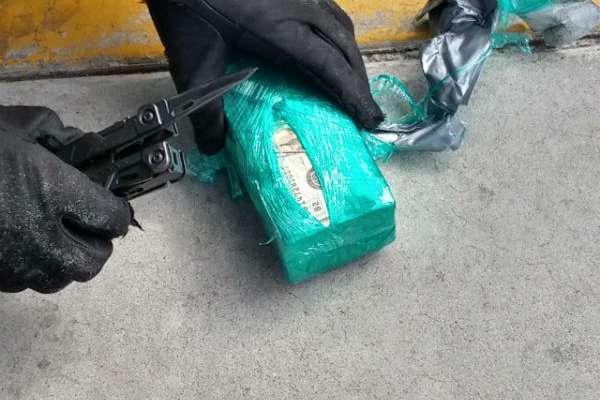 Se encontraron en total 40 paquetes con 500 billetes de 20 dólares cada uno, dando en total 400 mil dólares. FOTO: ESPECIAL