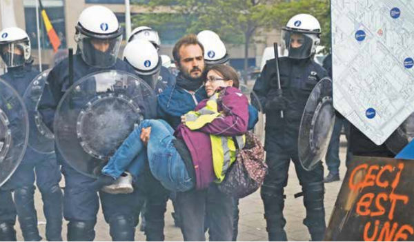 Chalecos amarillos protestaron el último día de elecciones en Bruselas. Foto: AP