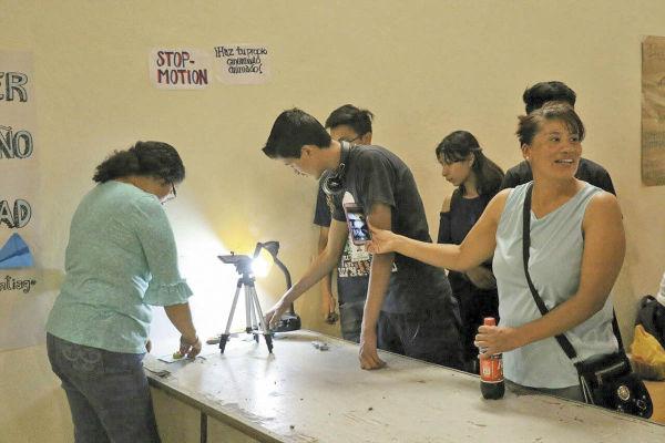 Jóvenes de Santiago Tepalcatlalpan realizan un trabajo de animación. FOTO: ESPECIAL