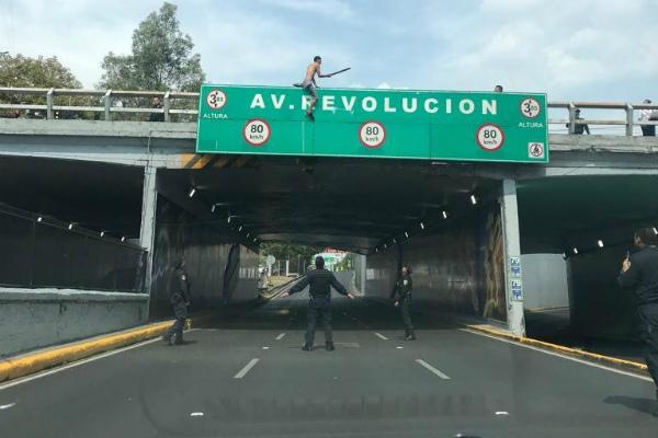 Elementos policiacos evitaron el  suicidio. Foto: Tomada de reporteros.