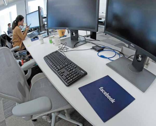 Trabajadores de Facebook recibirán mejores sueldos por estar sometidos a revisar material violento. Foto: AP