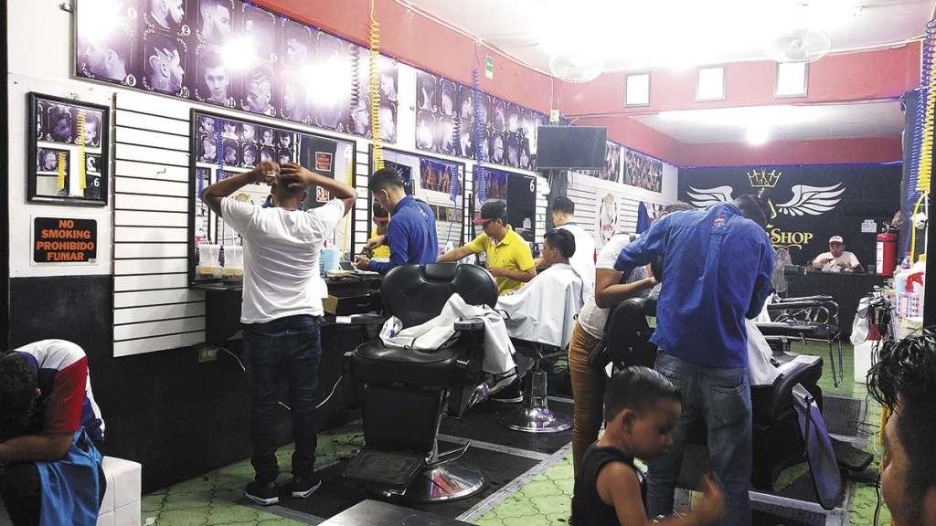 Una de las varias barberías que dan trabajo a los migrantes.FOTO: JENY PASCACIO