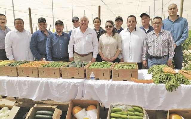 El titular de la Sader, Víctor M. Villalobos (al centro), con miembros de la Cites.FOTO: ESPECIAL
