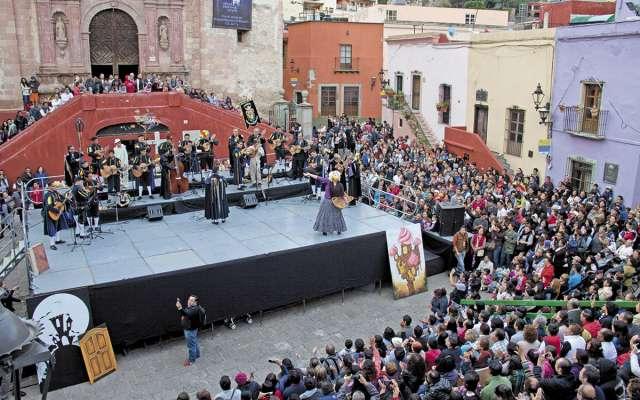 La Plaza San Roque fue el escenario donde inició la escenificación de los Entremeses cervantinos. FOTO: ESPECIAL