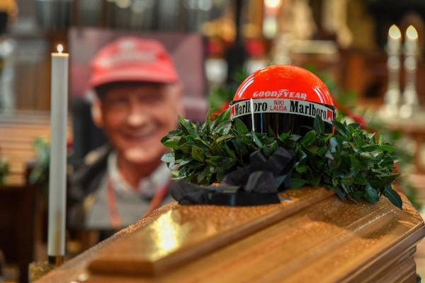 Miles acuden al funeral de Niki Lauda