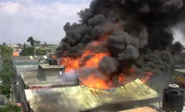 La tarde de este miércoles se registra un incendio en las calles Unidad y Progreso en la colonia Chamizal en el Estado de México. Foto: Especial