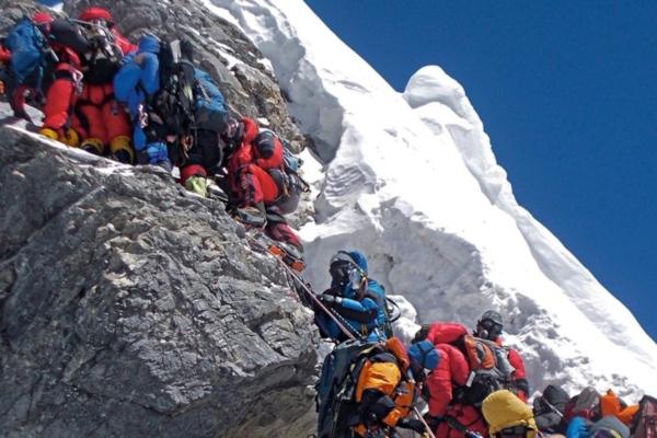 El Everest se derrite y hallan cadáveres
