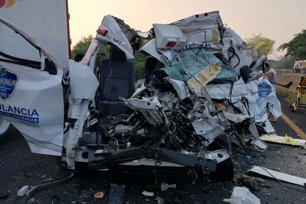 Choque-ambulancia-trailer-Tierra-Blanca-Veracruz