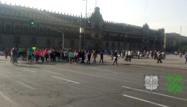 Los trabajadores se concentran en la plaza de la Constitución. Foto: @OVIALCDMX