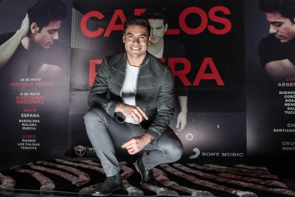 Carlos Rivera en una presentación frente a cámaras.