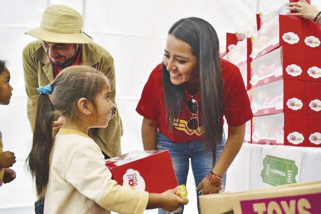 La alcaldesa Patricia Ortiz Couturier entregó regalos a los festejados.FOTO: ESPECIAL
