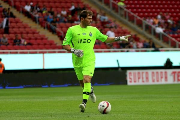 Futbolista Iker Casillas en cancha durante partido.