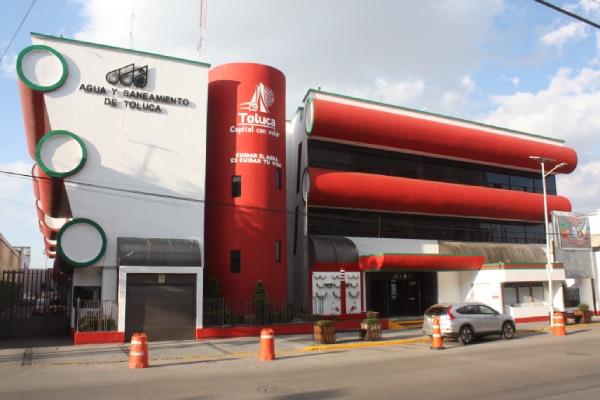 Edificio color rojo y blanco