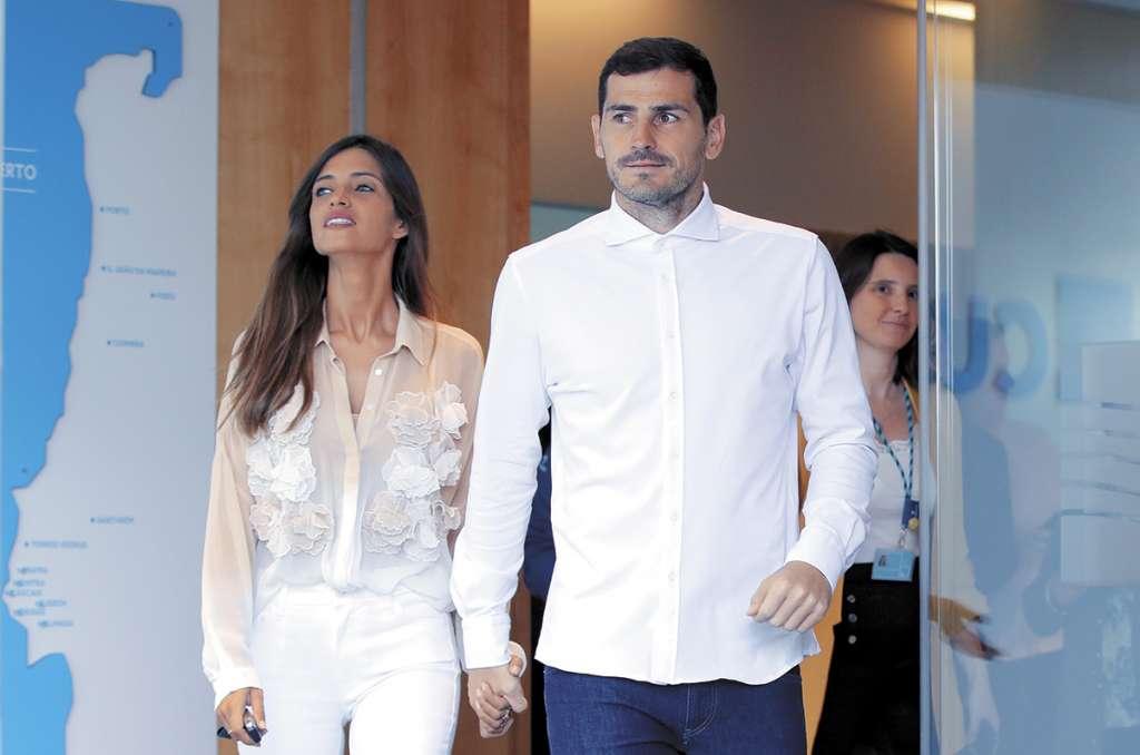ACOMPAÑADO. Iker salió del hospital de la mano de su esposa Sara Carbonero. Foto: AFP
