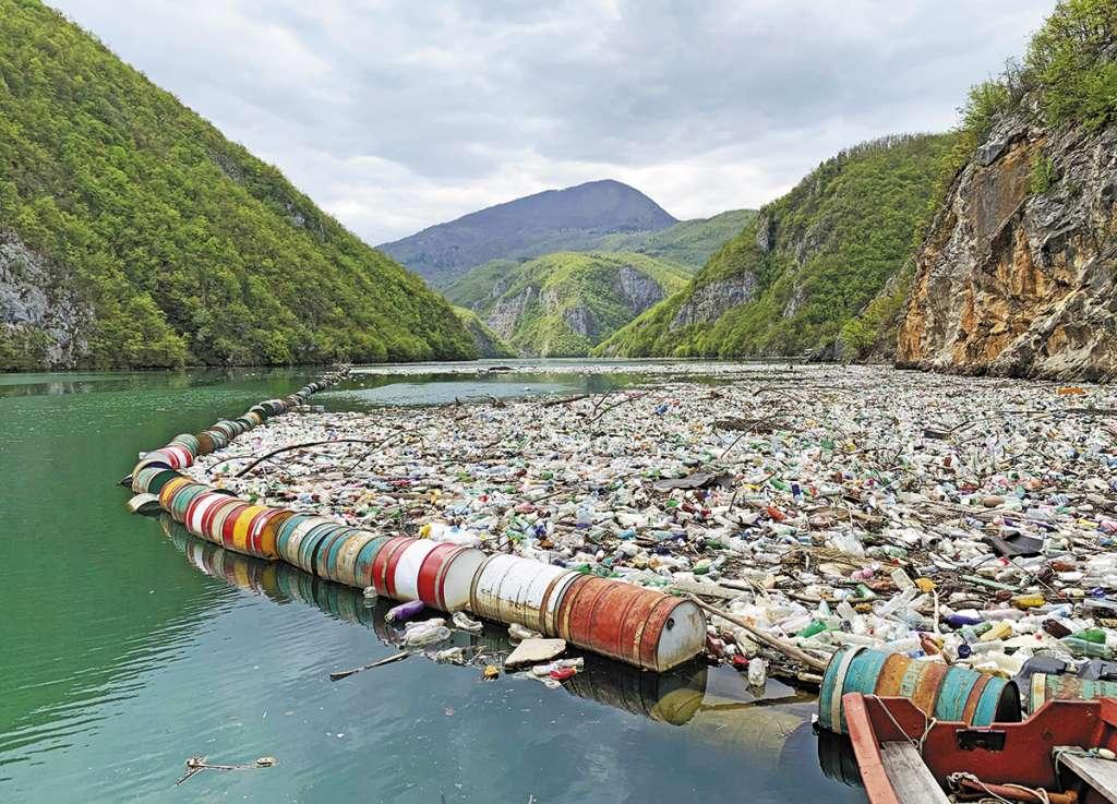 Al año se tiran en las aguas del planeta hasta 400 millones de toneladas de basura.FOTO: ESPECIAL