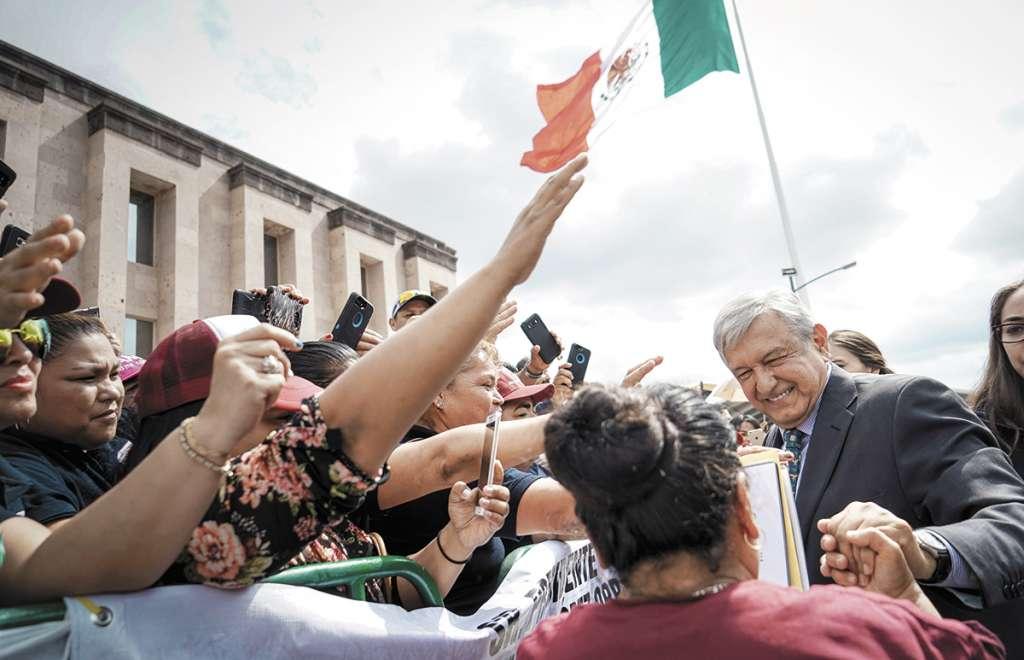 López Obrador fue abordado por decenas de coahuilenses en Piedras Negras.FOTO: CUARTOSCURO