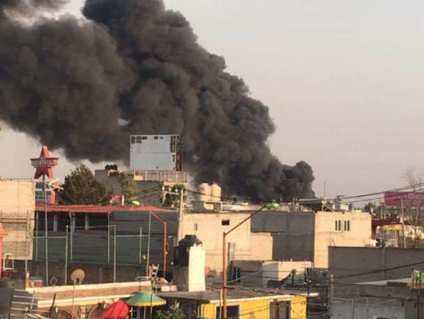El incendio ocurre a poca distancia de la avenida Central Carlos Hank González. FOTO: ESPECIAL