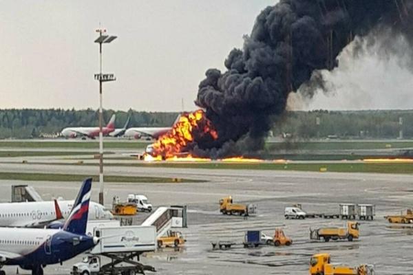 incendio de avión en pista de aterrizaje de aeropuerto en Moscú