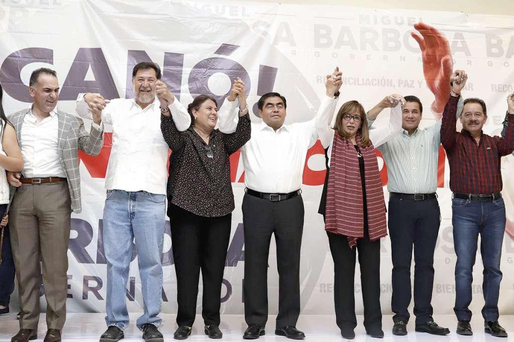Barbosa celebró su triunfo junto con la dirigente de Morena, Yeidckol Polevnsky, legisladores y su equipo de trabajo.FOTO: ESPECIAL