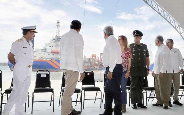 Los miembros del presídium admiraron uno de los barcos de la zona.FOTO: ESPECIAL
