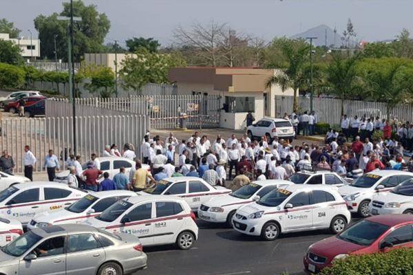 Taxistas de 17 organizaciones se manifestaron en las instalaciones del Congreso del Estado de Sinaloa