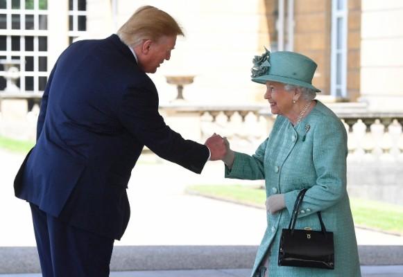 La reina Elizabeth II le da la mano al presidente de los Estados Unidos, Donald Trump, durante una ceremonia de bienvenida en el Palacio de Buckingham. Foto: AFP