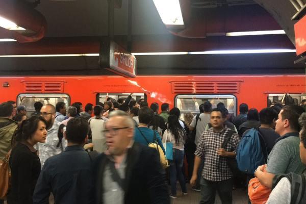 Usuarios denunciaron que hubo retraso de hasta 15 minutos en la Línea A. Foto: Archivo |   @metamorfeo