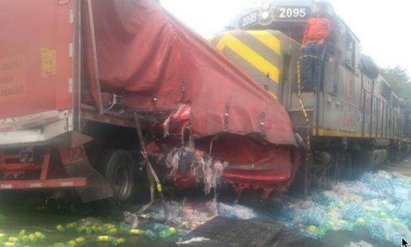 El choque entre el tráiler y el tren ocurrió en el cruce de las avenidas Tollocan y Comonfort. FOTO: ESPECIAL