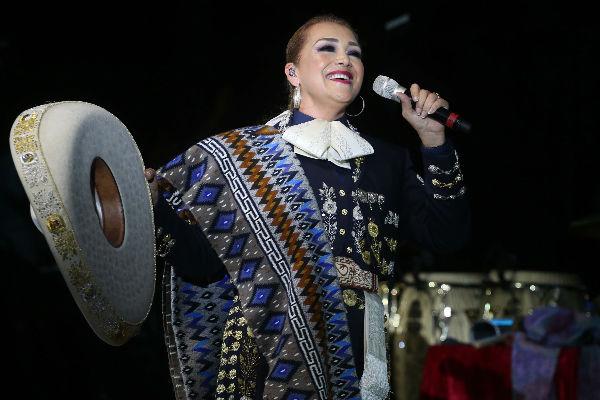 Aida Cuevas se recupera de operación de ovario