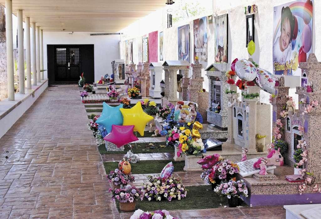 En el interior del panteón municipal de Hermosillo, se alza un mausoleo con las sepulturas de 18 de los 49 fallecidos. FOTO: ESPECIAL