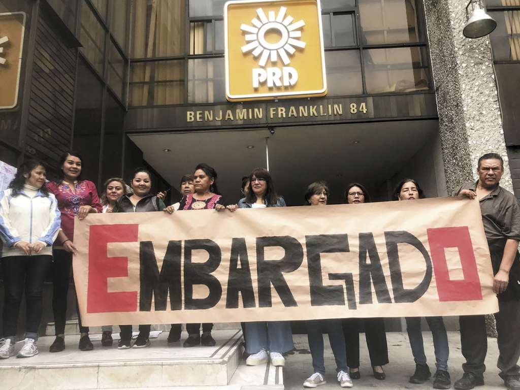 Trabajadores despedidos protestaron en el edificio principal del PRD.FOTO: ESPECIAL