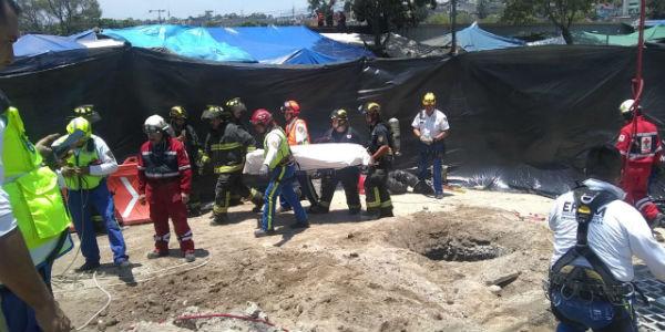 Con apoyo de una grúa, el rescatista del ERUM bajó por el tiro de la excavación, a una profundidad de 48 metros.FOTO: ESPECIAL