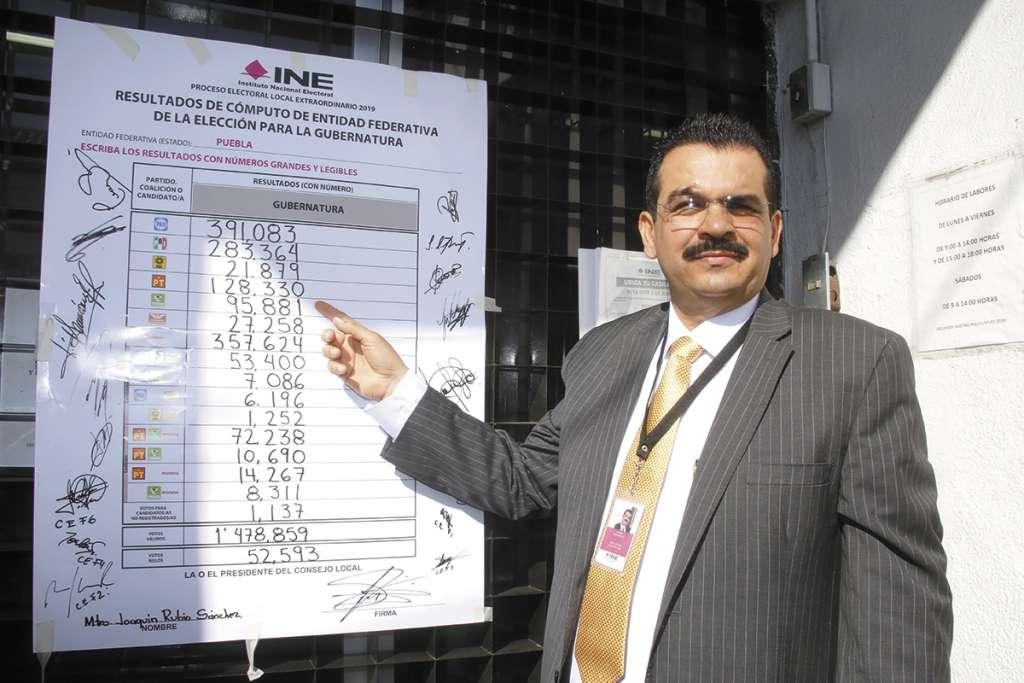 Joaquín Rubio colocó la manta que muestra los resultados del conteo de votos. FOTO: ESPECIAL
