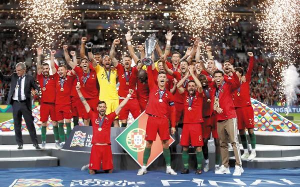 Cristiano Ronaldo (centro) fue el encargado de levantar la copa como capitán. Foto: Reuters