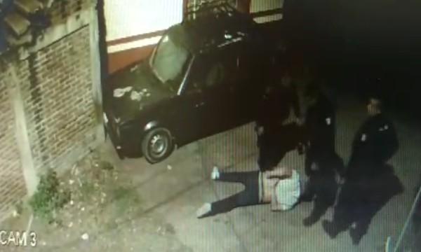En el video captado desde una cámara de seguridad particular se aprecia a los elementos policiacos sometiendo a un sujeto. Foto: Especial