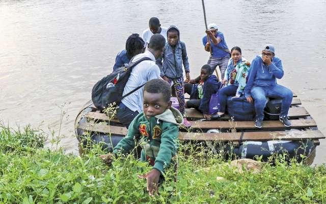 Haitianos cruzan la frontera entre México y Guatemala; por atravesar el río Suchiate pagan 10 quetzales, equivalentes a 25 pesos.FOTO: MARCOPOLO HEAM