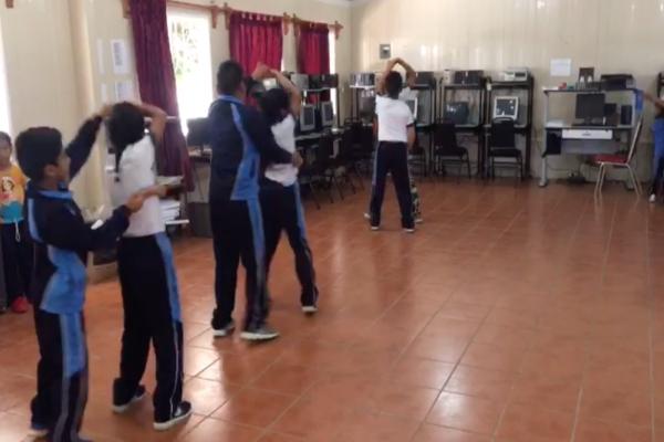 Niños de primaria bailan cumbias.