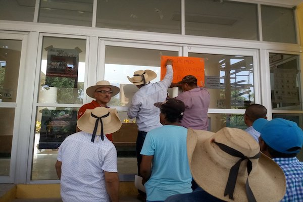 Campesinos-San-Miguel-Totolapan-Guerrero-fertilizante