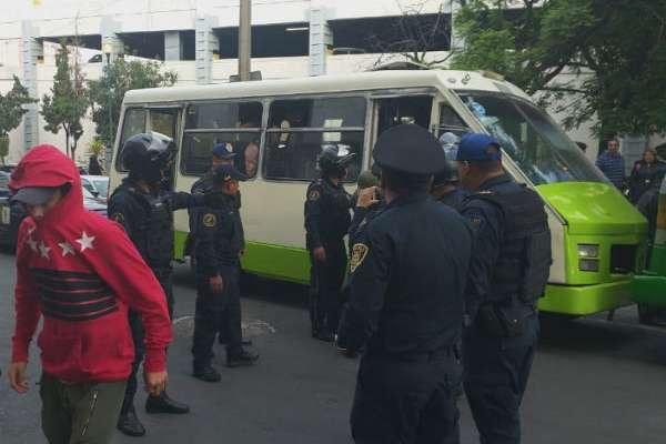 En el lugar fueron arrestadas las personas que viajaban en un microbús y que transportaba a seis personas, mientras que en el otro viajaban 15 . FOTO: ESPECIAL