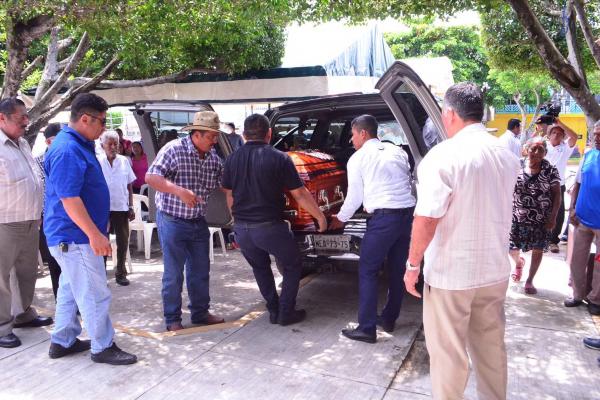 Los restos de la periodista Norma Sarabia Garduza, fueron inhumados esta tarde en el panteón municipal de Huimanguillo