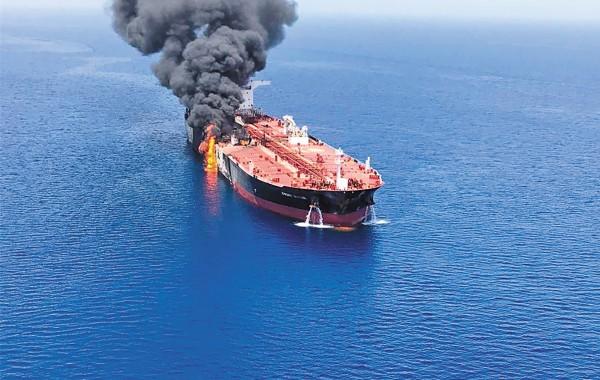 Las llamas salían de uno de los dos petroleros atacados ayer en el Golfo de Omán. Foto: AP