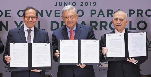 Carlos Salazar, presidente del CCE, el presidente Andrés Manuel López Obrador y Alfonso Romo, jefe de la Oficina de la Presidencia de la República, en la firma del convenio. Foto: Especial