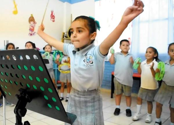 Esta niña siente una gran pasión por la música, siempre busca que suene mejor. Foto: Especial