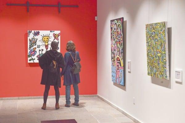 En la exposición hay 14 piezas de artes de los pequeños que viven en el reclusorio. Foto: Pablo Salazar Solís