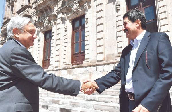 López Obrador estuvo ayer en Chihuahua. En la imagen, con el gobernador Javier Corral. Foto: Notimex