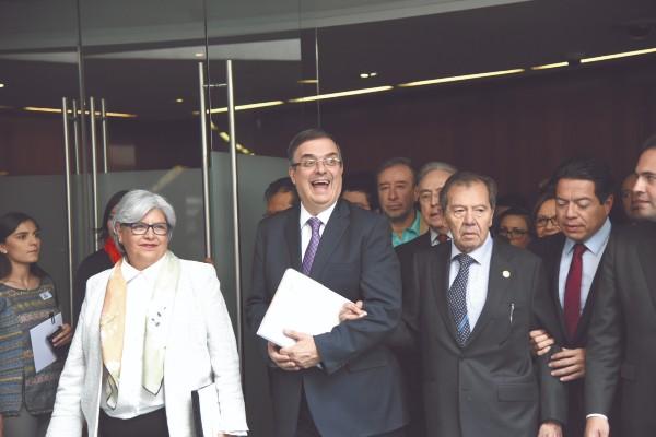 El secretario de Relaciones Exteriores, Marcelo Ebrard (centro), es la cabeza de los esfuerzos migratorios. Foto: Daniel Ojeda