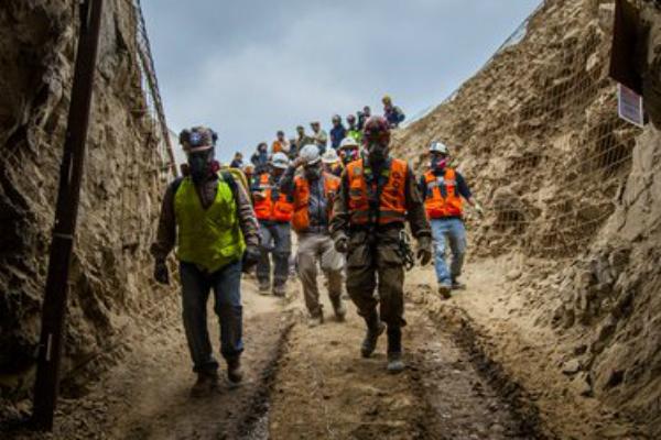 Otro minero permanece sepultado tras el derrumbe. Foto: AP.