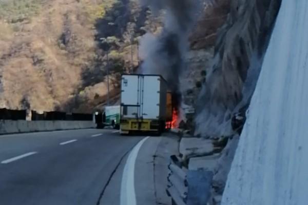 incendio de trailer en carretera