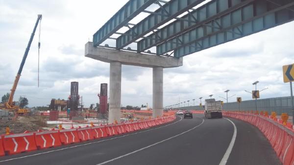Los trabajos de un puente sobre la autopista Peñón-Texcoco continúan, aunque su destino principal quedó cancelado en la actual administración federal. Foto: José Ríos